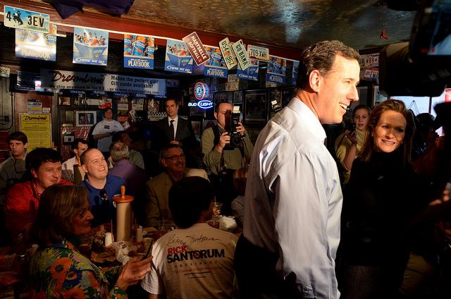 """""""Har dere fått spist enda eller?"""" spør Santorum kameragjengen bakerst i lokalet. Foto: Are Tågvold Flaten / AmerikanskPolitikk.no."""
