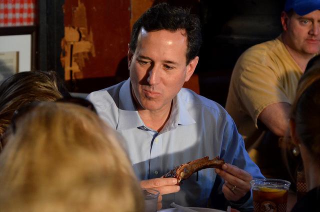 Rick Santorum jafser i seg spare ribs mandag formiddag. Foto: Are Tågvold Flaten / amerikanskpolitikk.no.