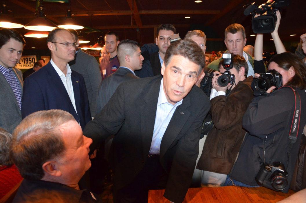 Daværende Texas-guvernør Rick Perry (R) skal til å hilse på AmerikanskPolitikk.no på Machine Shed-restauranten i Urbandale Iowa 28. desember 2011. Foto: Are Tågvold Flaten / AmerikanskPolitikk.no.