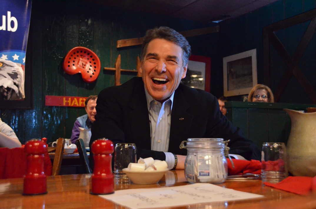 Daværende Texas-guvernør Rick Perry (R) no på Machine Shed-restauranten i Urbandale, Iowa 28. desember 2011. Foto: Renate Tonstad Flaten / AmerikanskPolitikk.no.