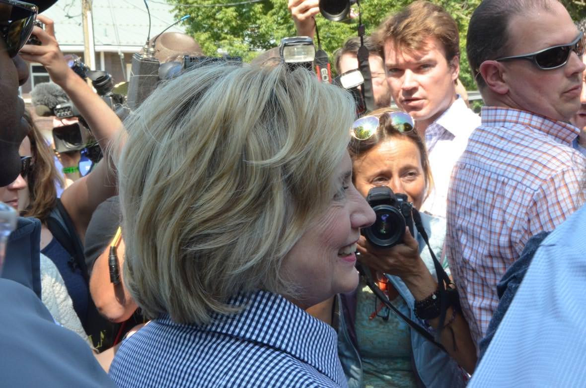 Hillary Clinton omringet på Iowa State Fair, lørdag 15. august. Foto: Are Tågvold Flaten, AmerikanskPolitikk.no.